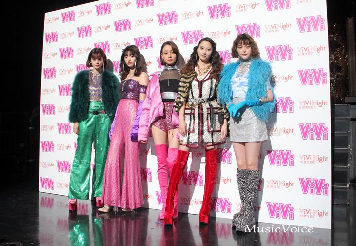 囲み取材前に撮影に応じる、左からemma、八木アリサ、トリンドル玲奈、河北麻友子、玉城ティナ。テーマはディスコ。アムラーを感じさせる90年代ファッションで登場した