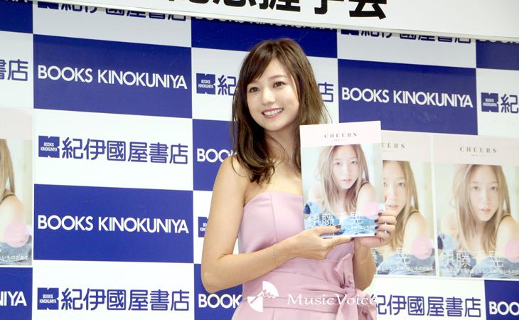 フォトブック『CHEERS』の発売記念イベントに出席した当時の伊藤千晃