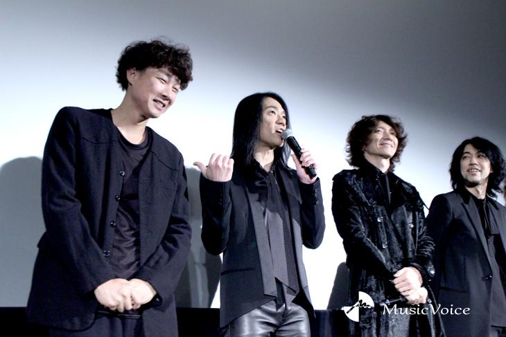 映画『オトトキ』舞台挨拶で一コマ。イエモン菊地は松永監督(左端)に親しみを込める