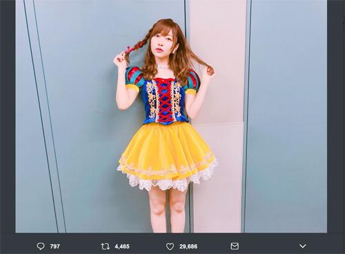 HKT48兼STU48指原莉乃(24)がツイッターに投稿した「白雪姫」のコスプレ写真=Twitterより@345__chan=。テレビ番組で披露した衣装を載せた。上記写真は掲載された4枚のうちの1枚。ファンからは表情が「可愛い」と評判だ。指原の美脚はいつも好評を得ているが、この写真でも映える美脚にファンからも「綺麗」という声も挙がっている。下にスクロールすると、ほかの写真が見れます。