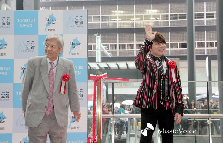 テープカット後、ファンの声援にこたえる西川と田原氏