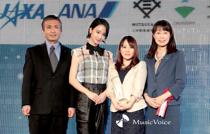 左から若田氏、剛力、大賞受賞の松本さん、山崎氏