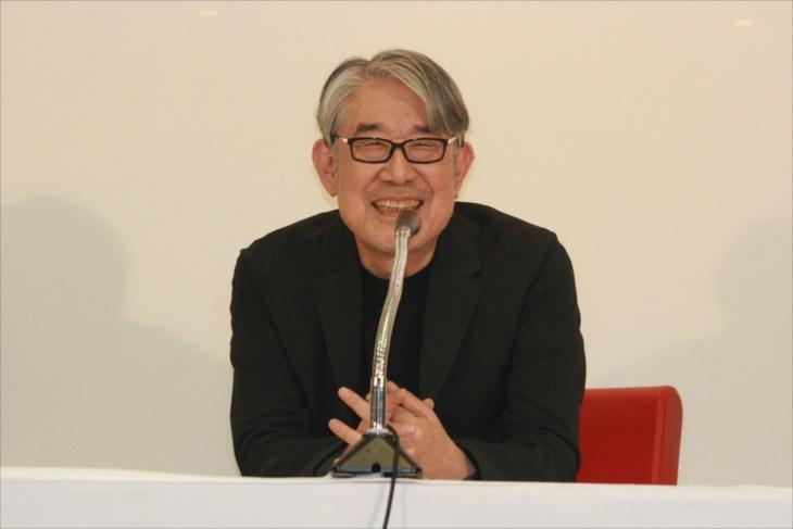 記者会見で語る松本隆