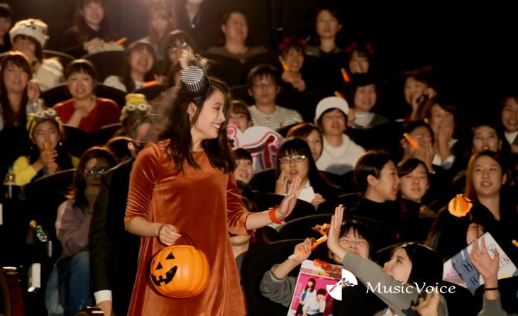 バケツに入った菓子を観客に配りながら登場した広瀬アリス