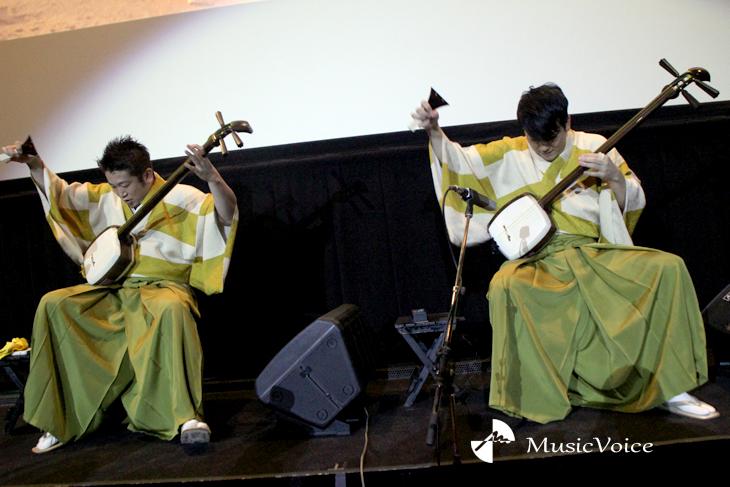 演奏する吉田兄弟