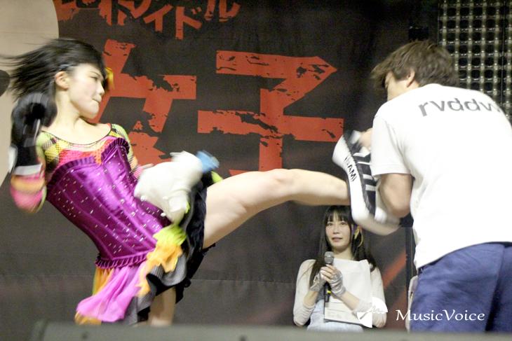 山崎コーチを相手にミドルキックをいれる川村虹花