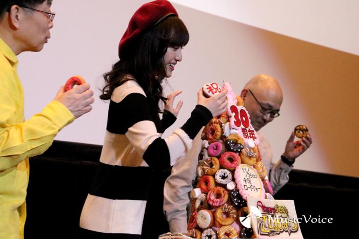 タワーにドーナッツをはめる百田夏菜子