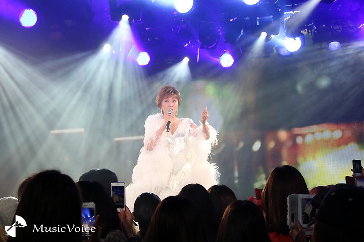 100人のインフルエンサーの前で歌唱する小林幸子