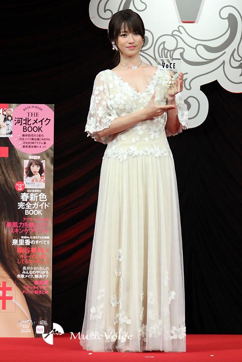 真っ白なドレスで登場した深田恭子