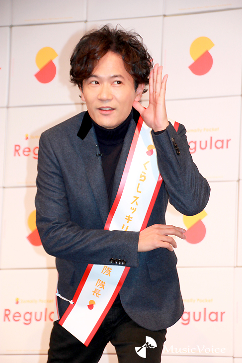 報道陣からの声援を煽る稲垣吾郎
