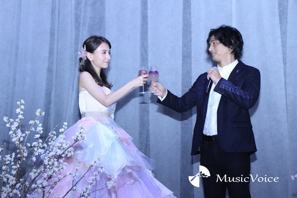 「FLOWERS by NAKED 2018 輪舞曲」オープニングイベントに登場したMay J.と村松亮太郎氏