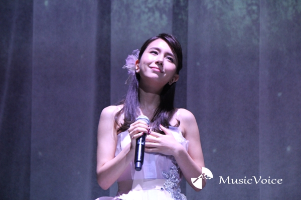 「FLOWERS by NAKED 2018 輪舞曲」オープニングイベントで熱唱するMay J.