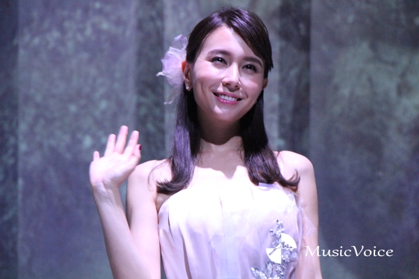「FLOWERS by NAKED 2018 輪舞曲」オープニングイベントに登場したMay J.