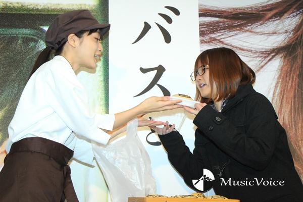 「くまさんパン」を手渡す深川麻衣(撮影=桂 伸也)