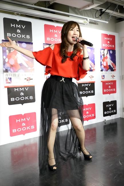 歌唱する森口博子