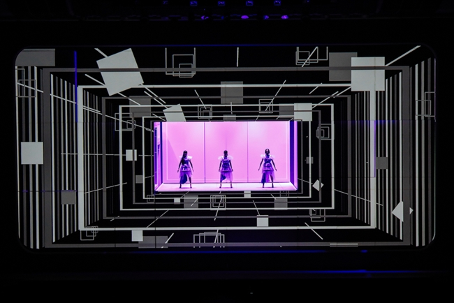 "『「Perfume×TECHNOLOGY」presents""Reframe""』をおこなったPerfume(C)上山陽介"