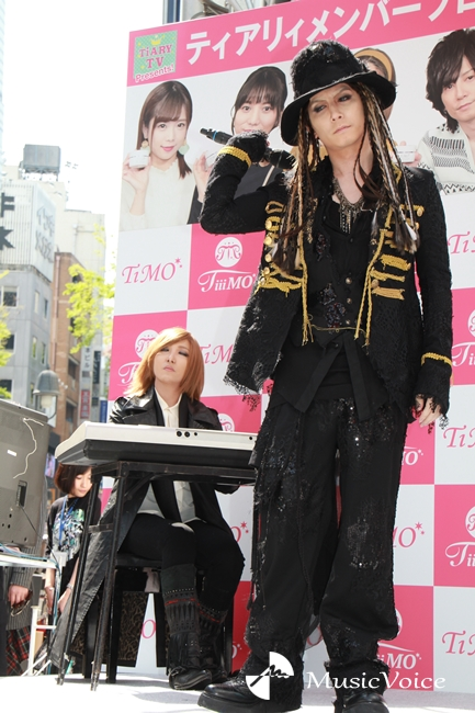YOSHIKIに扮したざわちん(左)とHYDEに扮した青木隆治