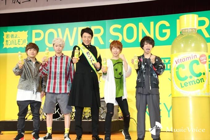 『C.C.Lemon新入生応援LIVE』をおこなった松岡修造(中央)とKEYTALK