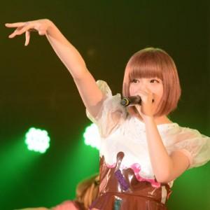 <写真>HARAJUKU KAWAii!!で熱唱するきゃりーぱみゅぱみゅ(2013年12月5日)