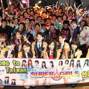 現地ファンと記念撮影を撮るSUPER☆GiRLS