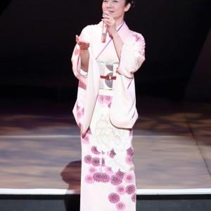 香西かおりが渋谷公会堂で19曲熱唱<2>