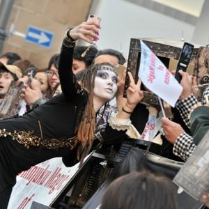 [写真]土屋アンナがハロウィンパレードでファンと写真撮影