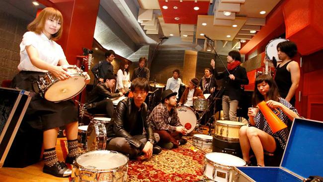 [写真]ドラム11台編成のバンドDQS