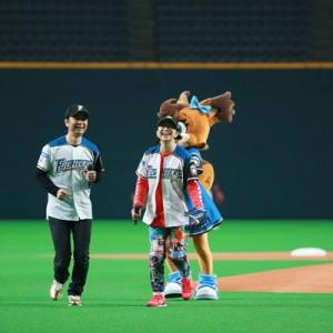 [写真]ドリカム吉田が始球式1
