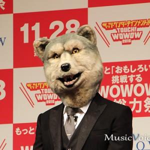 [写真]スーツ姿のマンウィズ・ジョニー