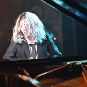 [写真]清塚信也が綾野剛にピアノ指導(1)