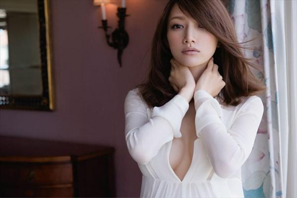 後藤真希、妊娠8カ月マタニティ姿を披露 胸元や美脚も