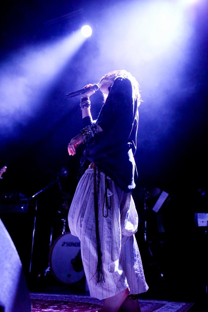 音楽が私の捌け口、majikoが表現する「蜘蛛の糸」という群集劇
