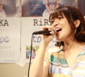歌唱するRiRiKA