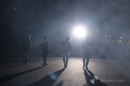 白光に打たれ伸びる4人の影