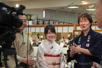藪崎代表の説明を受ける、さわやか五郎、小野田紗栞
