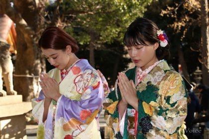 参拝する武部柚那(左)と石井杏奈
