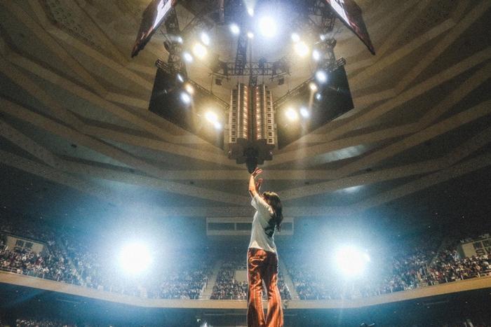あいみょん、初武道館で18曲熱唱 360°センターステージで念願弾き語り